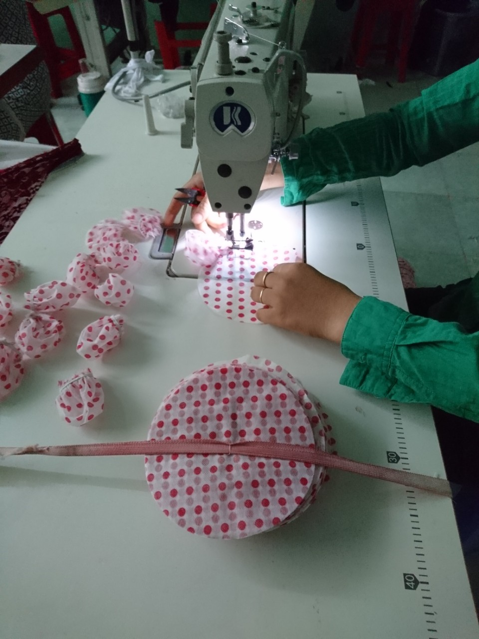 Quy trình sản xuất túi bọc đầu micro sử dụng 1 lần trong karaoke